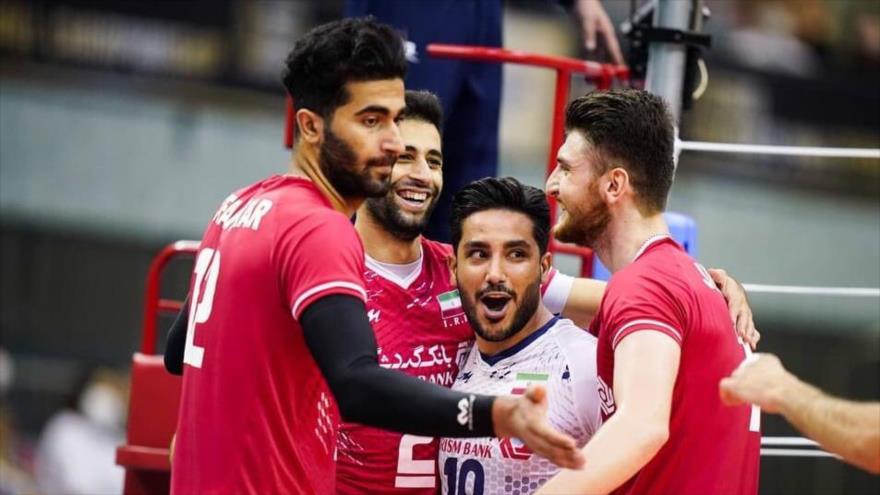 Equipo masculino de vóley iraní durante un partido contra China Taipéi en el Campeonato Asiático de Voleibol 2021 en Japón, 17 de septiembre de 2021.