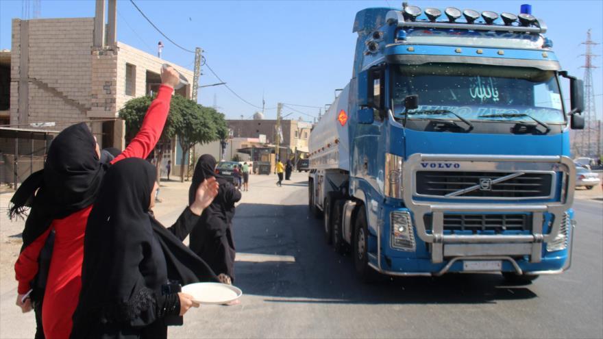 Libaneses celebran llegada de convoy de cambiones cisterna con combustible iraní a su país en la ciudad de Al-Ain, 16 de septiembre de 2021. (Foto: AFP)