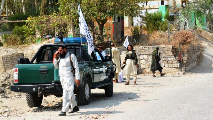 Miembros de Talibán inspeccionan cerca del lugar de una explosión en Jalalabad, este de Afganistán, 18 de septiembre de 2021.