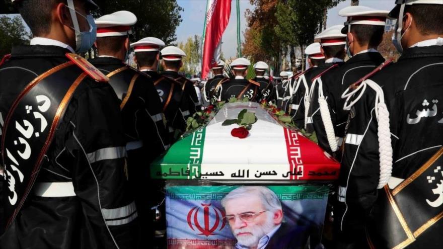 Soldados iraníes llevan el ataúd del científico iraní Mohsen Fajrizade durante su ceremonia fúnebre en Teherán, 30 de noviembre de 2020. (Foto: AFP)