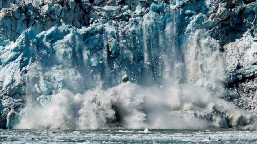 Arco de hielo del glaciar Margerie, en el Parque Nacional en Alaska, se rompe como consecuencia del calentamiento global.