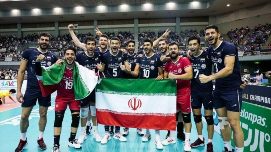Voleibolistas iraníes celebran su victoria ante Japón en el final del Campeonato Asiático de Voleibol, Chiba, 19 de septiembre de 2021.