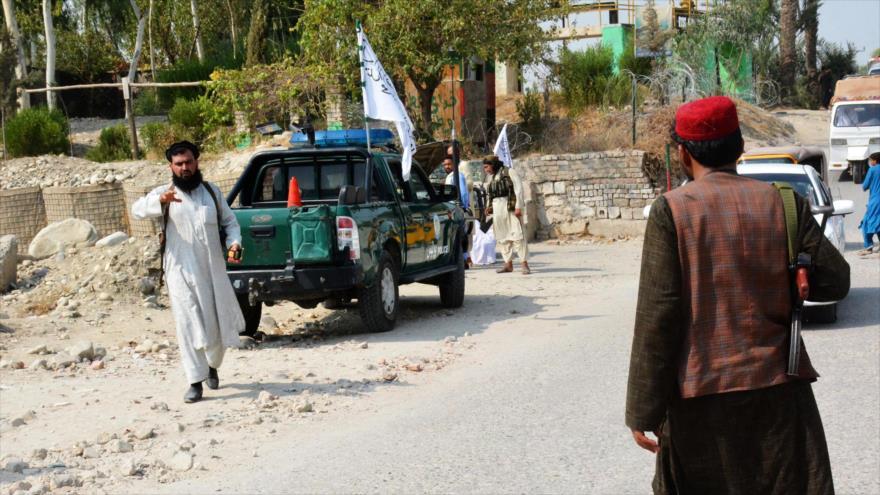 Miembros del Talibán inspeccionan el lugar donde Daesh realizó un ataque, 18 de septiembre de 2021. (Foto: AFP)