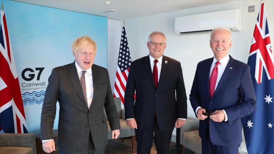 El presidente de EE.UU., Joe Biden (dcha.), y los premieres de Australia (centro) y El Reino Unido, al margen de la cumbre de G7, 13 de junio de 2021.