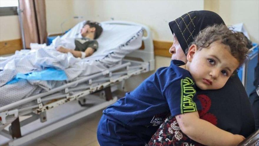 Palestinos en un hospital en la Franja de Gaza, tras un ataque israelí a Jan Yunis, 20 de mayo de 2021. (Foto: AFP)