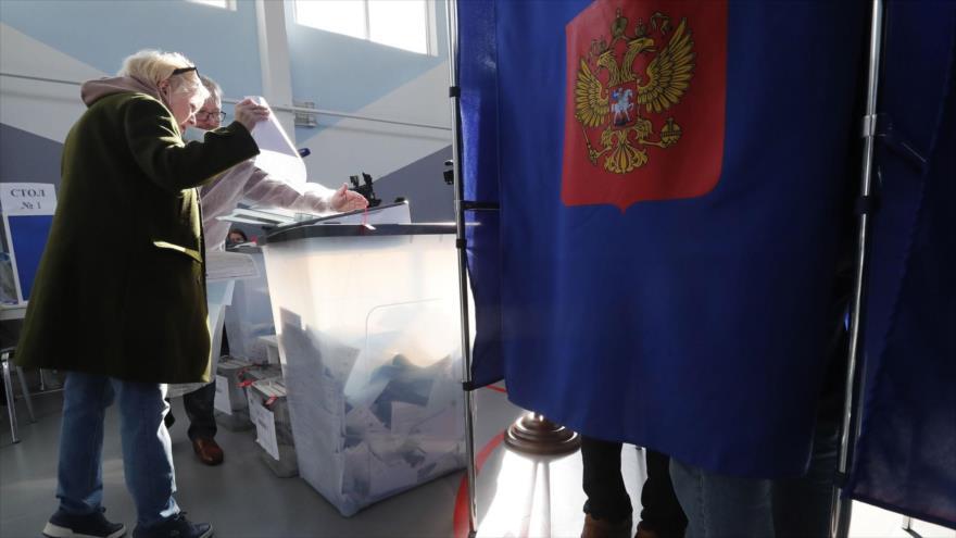 Una mujer deposita las papeletas de votación en un colegio electoral de San Petersburgo, 20 de septiembre, 2021. (Foto:EFE)