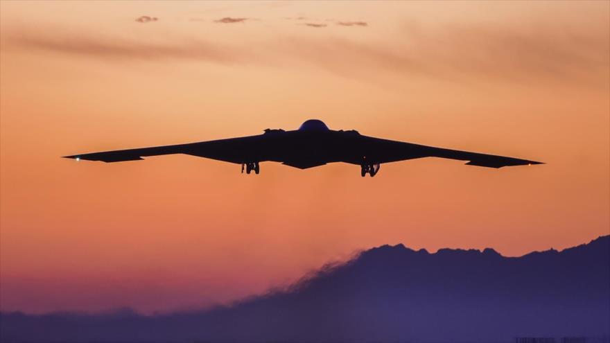 Un bombardero nuclear estadounidense B-2 Spirit en pleno vuelo.