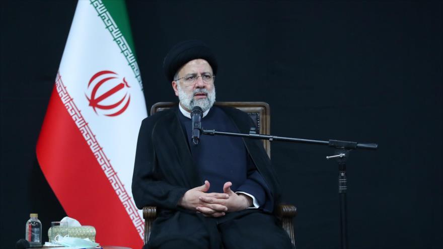El presidente de Irán, Seyed Ebrahim Raisi, en una reunión con familias de mártires, Teherán, 20 de septiembre de 2021. (Foto: President.ir)