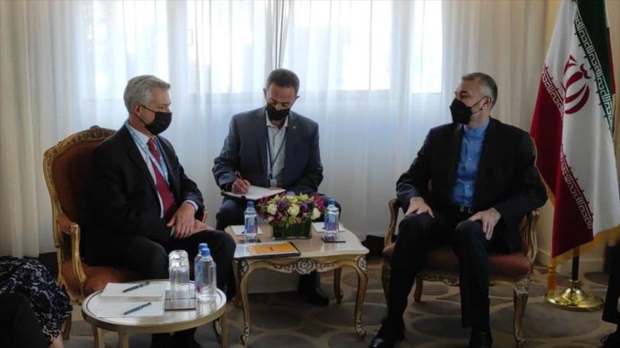 El canciller iraní, Hosein Amir Abdolahian (dcha.), y el máximo responsable de ACNUR, Filippo Grandi, en Nueva York, 20 de septiembre de 2021.
