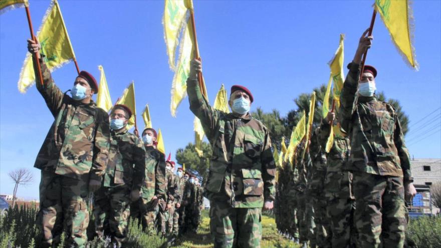 Miembros de Hezbolá durante un desfile militar en la ciudad libanesa de Riaq, 13 de febrero de 2021. (Foto: AFP)