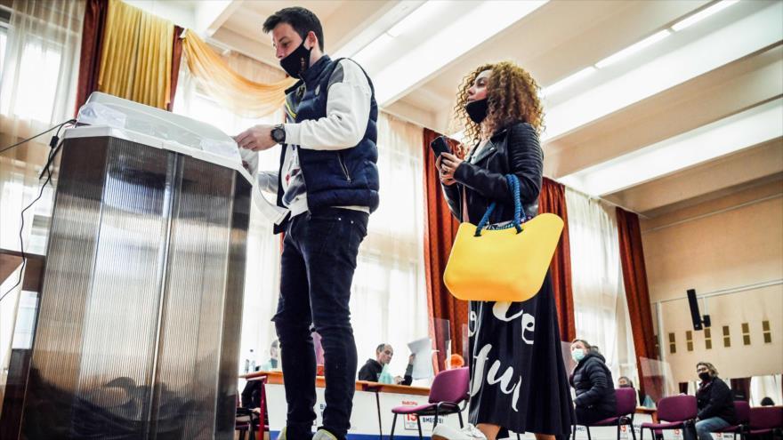Rusos emiten votos en un colegio electoral durante el segundo día de elecciones parlamentarias de tres días, Moscú, 18 de septiembre de 2021. (Foto: AFP)