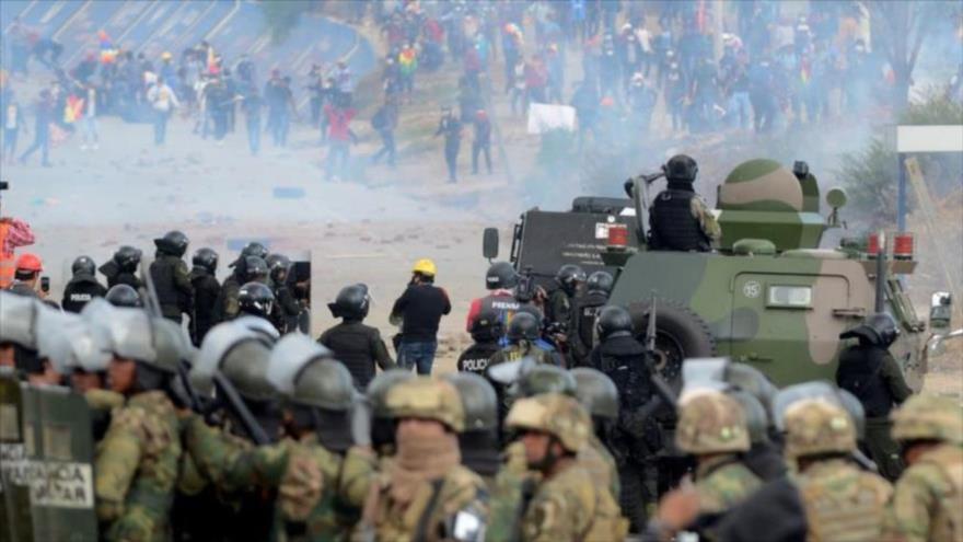Fuerzas Armadas de Bolivia reprimen una protesta de seguidores del expresidente Evo Morales en la ciudad central de Sacaba, 15 de noviembre de 2019.