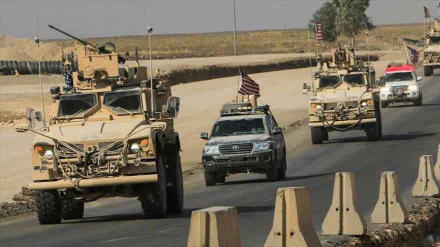 Un convoy de vehículos estadounidenses en las afueras de la ciudad de Duhok en el oeste de Irak.