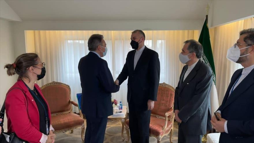 El canciller iraní, Hosein Amir Abdolahian (dcha.), da la mano al jefe de la Cruz Roja, Peter Maurer, en Nueva York, 22 de septiembre de 2021.