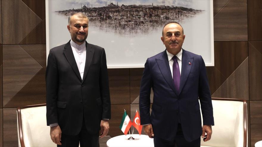 El canciller iraní, Hosein Amir Abdolahian, y su par turco, Mevlut Cavusoglu, en Nueva York (EE.UU.), 22 de septiembre de 2021.