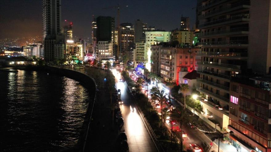 Una vista al paseo marítimo Corniche de Beirut, El Líbano, durante un apagón parcial, 10 de agosto de 2021. (Foto: Reuters)