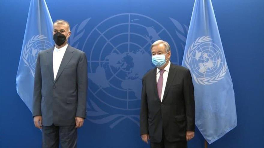 El canciller de Irán, Hosein Amir Abdolahian (izda.) y el secretario general de la ONU, Antonio Guterres, en Nueva York (EE.UU.), 23 de septiembre de 2021.