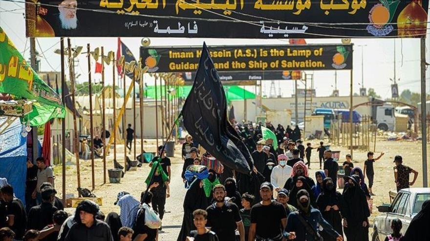 Marcha de peregrinos hacia Karbala para conmemorar Arbain, rito religioso que marca el final de los cuarenta días de luto por el martirio del Imam Husein (P), 25 de septiembre de 2021. (Foto: Tasnim)