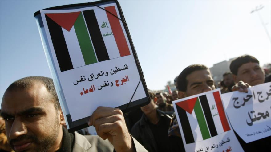 Manifestantes iraquíes expresan su rechazo a la normalización de los lazo con Israel.