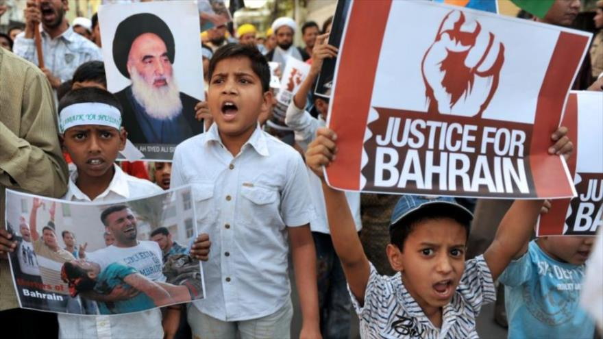 Un grupo de jóvenes musulmanes protestan contra las atrocidades del régimen de los Al Jalifa en Baréin.