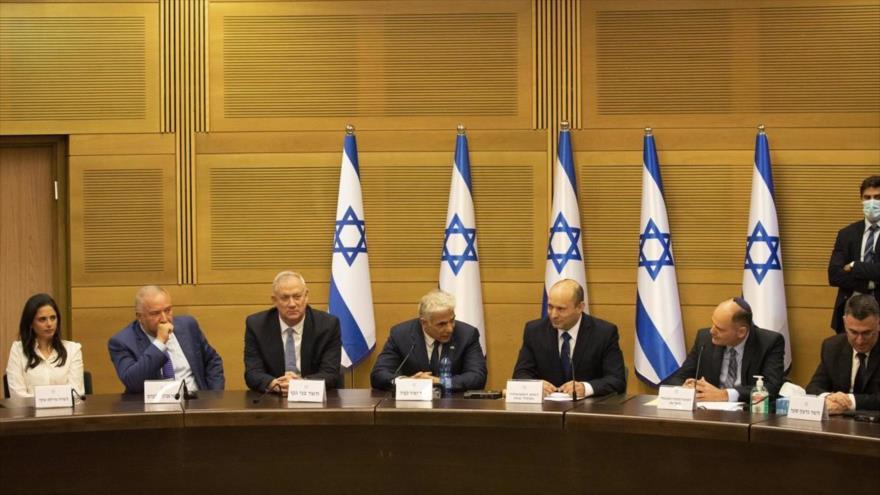El primer ministro de Israel, Naftali Bennett, y sus ministro en una sesión del parlamento israelí, 13 de junio de 2021. (Foto: AFP)