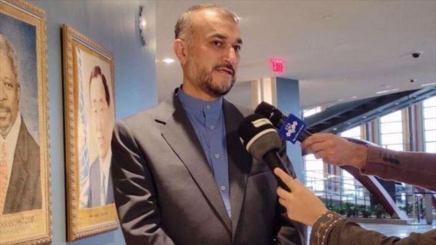El canciller iraní, Hosein Amir Abdolahian, habla con los medios iraníes en Nueva York, 25 de septiembre de 2021 (Foto: IRNA).