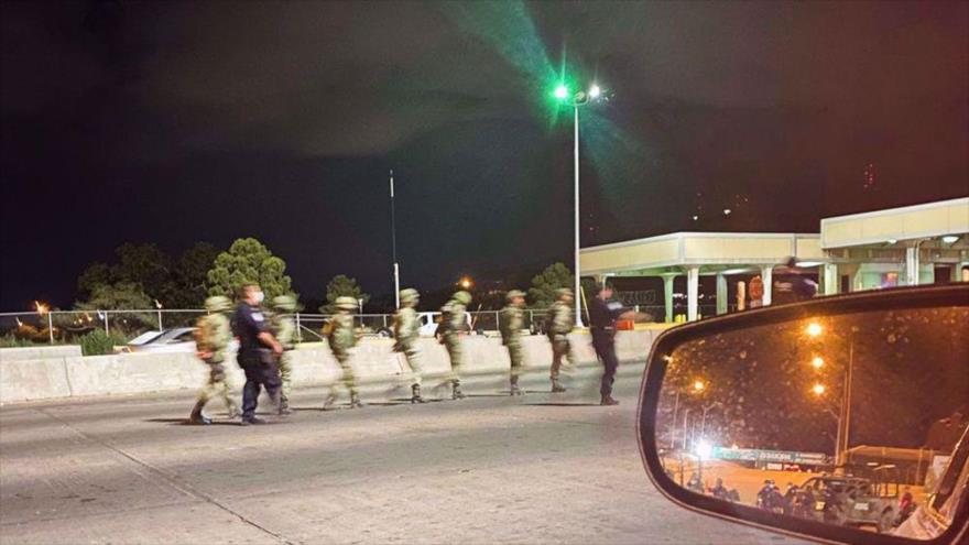 Agentes de Aduanas y Protección Fronteriza escoltan a soldados mexicanos detenidos después de cruzar la frontera y entrar a EE. UU., 25 de septiembre de 2021.