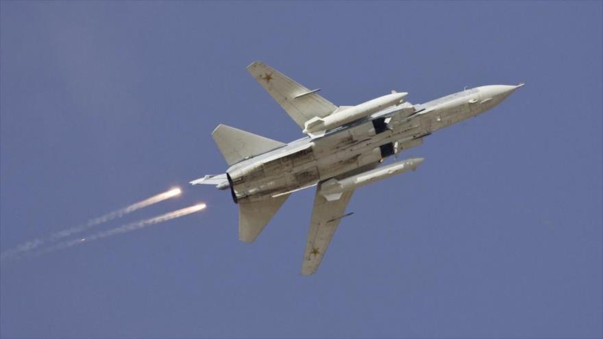 Un caza Sujoi Su-24 ruso en pleno vuelo.