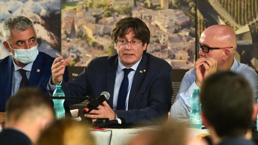 El expresidente catalán Carles Puigdemont (c) en una rueda de prensa en Alguer, Italia, 25 de septiembre de 2021. (Foto: AFP)