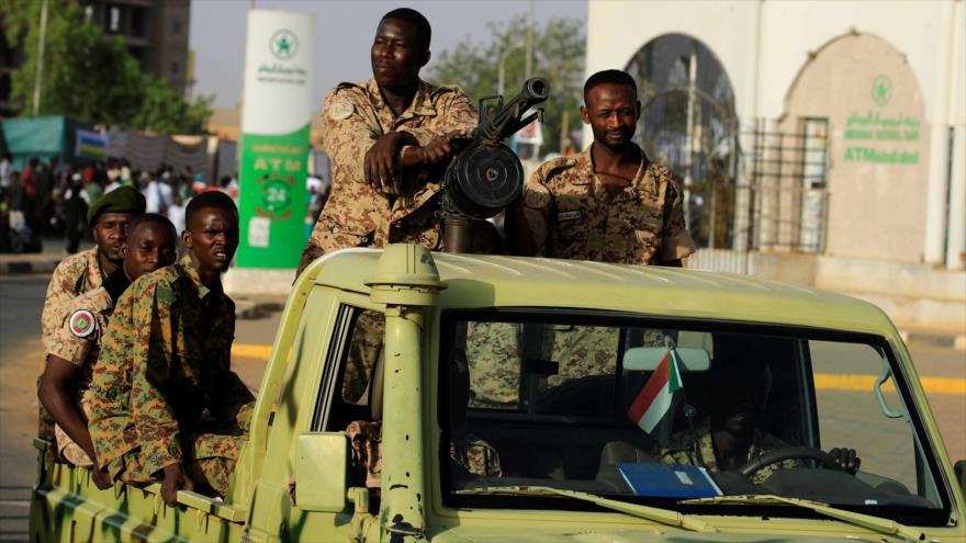 Soldados sudaneses en un vehículo mientras atraviesan el recinto del Ministerio de Defensa en Jartum, 2 de mayo de 2019. (Foto: Reuters)