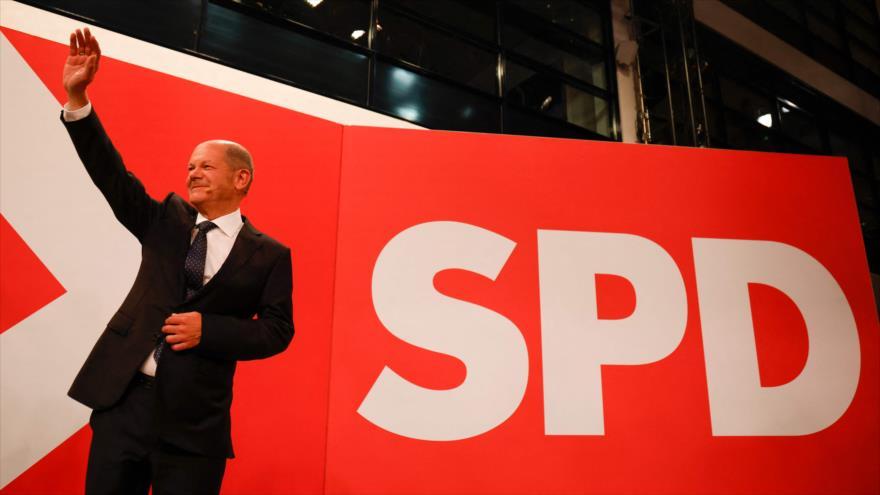 El candidato de los socialdemócratas, Olaf Scholz, saluda a sus simpatizantes después de las elecciones federales en Alemania, 26 de septiembre de 2021. (Foto: AFP)