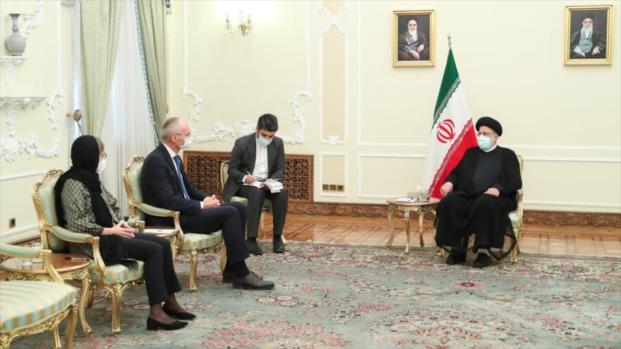 El presidente de Irán, Ebrahim Raisi (dcha.) recibe al nuevo embajador de Austria, Wolf Dietrich Heim, 26 de septiembre de 2021. (Foto: President.ir)