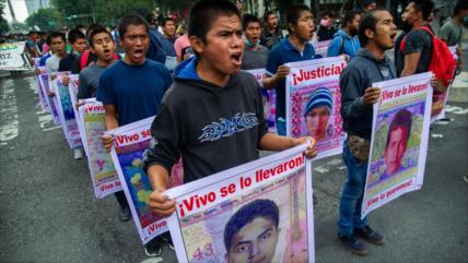 Los mexicanos marchan en memoria de 43 estudiantes de Ayotzinapa