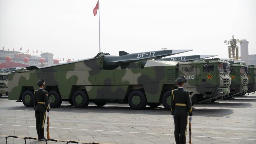 Los vehículos militares chinos llevan misiles balísticos DF-17 durante un desfile en Pekín, 1 de octubre de 2019. (Foto: AP)