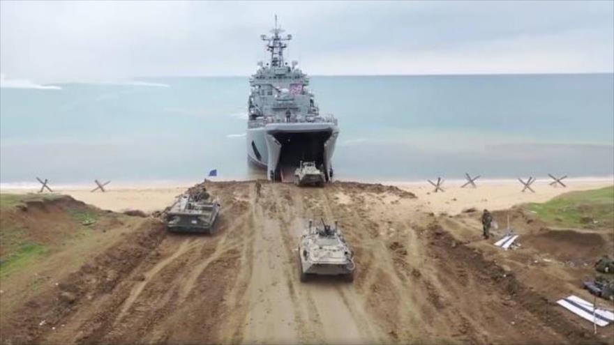 Un buque de combate de la Armada de Rusia desembarca vehículos pesados y tanques en la línea costera de la península de Crimea, 22 de abril de 2020.