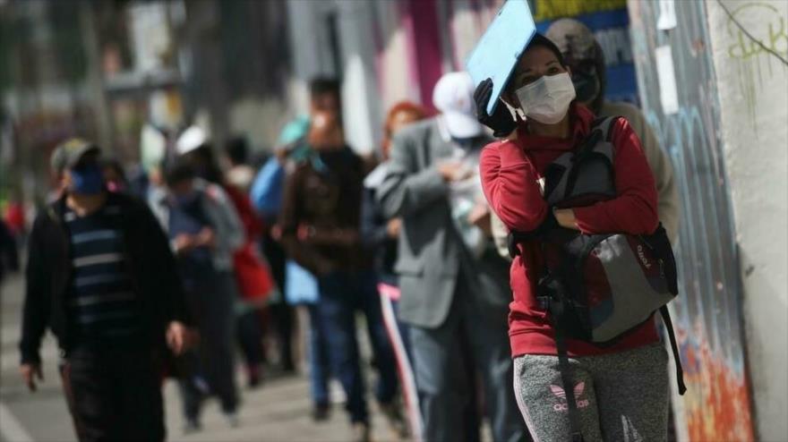 Las personas que usan mascarillas se alinean afuera de un banco en medio del brote de la enfermedad por coronavirus, en Bogotá (Colombia), 1 de julio de 2020. (Foto: Reuters)