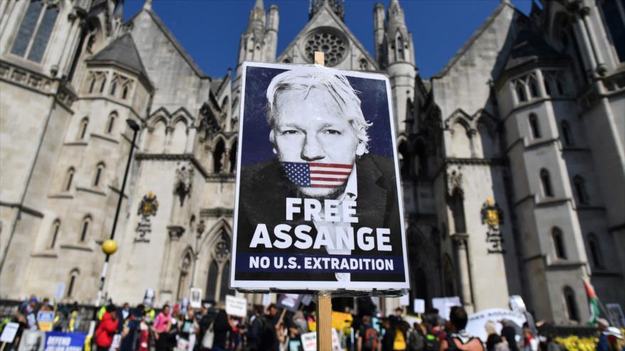 Pancarta en apoyo del fundador de WikiLeaks, Julian Assange, frente a los Tribunales Reales de Justicia en Londres, 11 de agosto de 2021. (Foto: AFP)