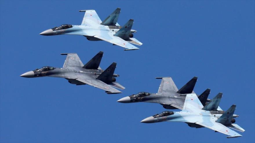 Tres Su-35S rusos escoltan un avión militar de EEUU en Pacífico | HISPANTV