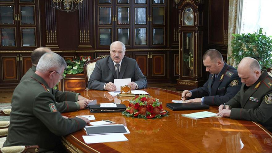El presidente de Bielorrusia, Alexander Lukashenko (c), en una reunion con altos funcionarios del país, 27 de septiembre de 2021.