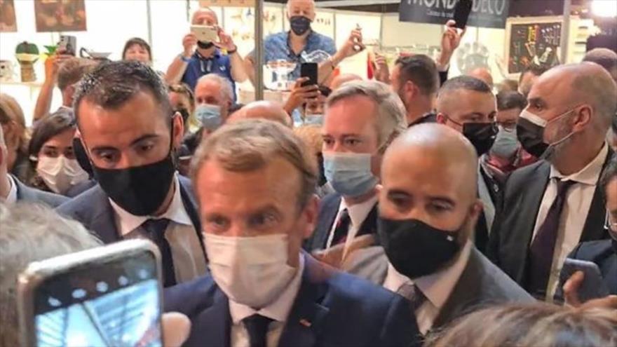 Vídeo: Presidente de Francia recibe un huevazo durante una feria