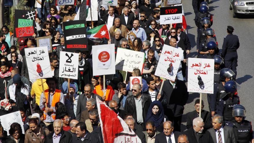 Jordanos se manifiestan contra un acuerdo de su país para importar gas natural del régimen de Israel.