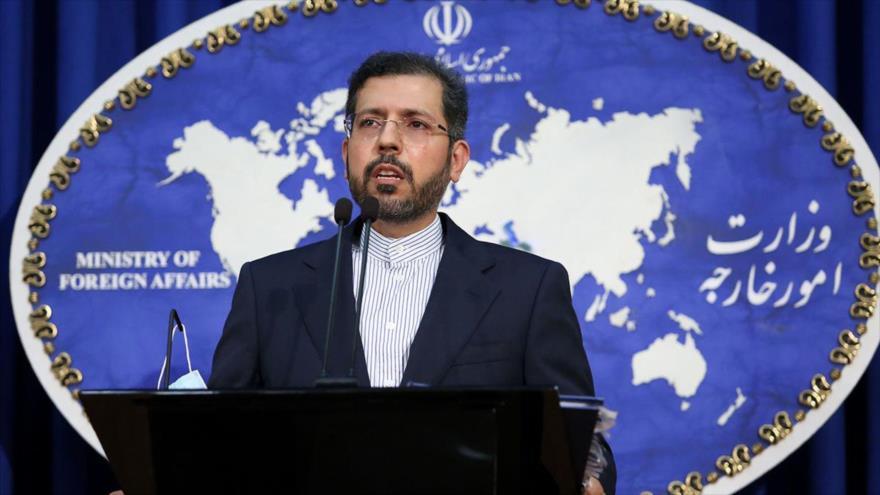 El portavoz del Ministerio iraní de Asuntos Exteriores, Said Jatibzade, habla durante una rueda de prensa en Teherán, la capital.