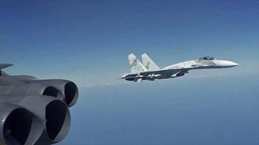 Un avión de combate Su-27 ruso escoltando un avión RC-135 de la Fuerza Aérea de Estados Unidos sobre el mar Báltico. (Fuente: U.S. Aire Force)