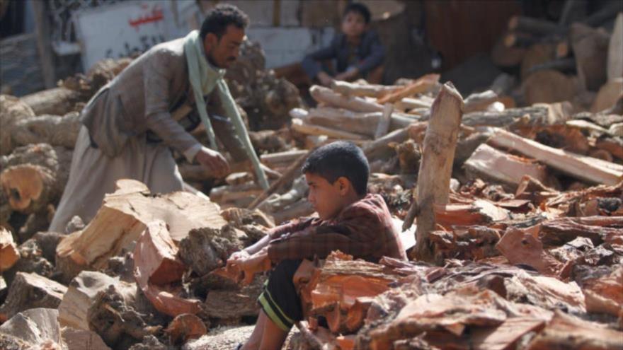 Yemeníes entre escombros de edificios tras ataques de Arabia Saudí en Saná, la capital, 18 de octubre de 2019. (Foto: Reuters)