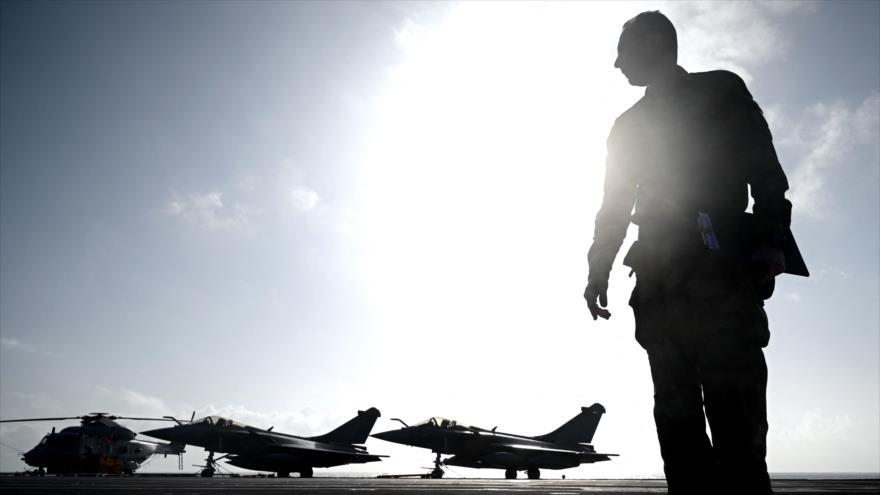 Un personal militar mira a los aviones de combate frente a la costa de la ciudad francesa de Hyères, 23 de enero de 2020. (Foto: AFP)