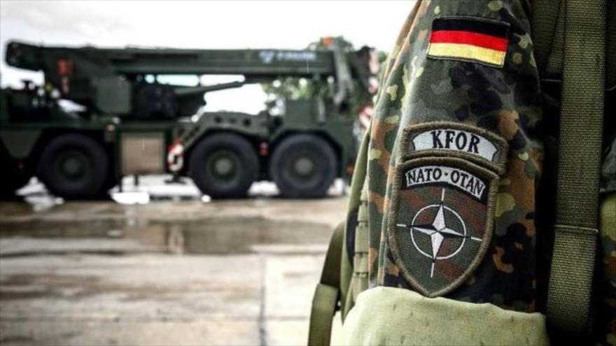 """""""KFOR NATO-OTAN"""" está escrito en la insignia de la manga de una mujer soldado de las Fuerzas Armadas de la KFOR alemana en Prizren, localidad kosovar, 17 de julio de 2018."""