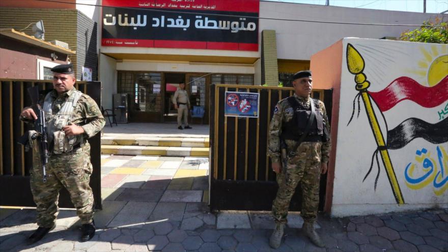 Policías custodian un colegio electoral en Bagdad, capital de Irak, 6 de octubre de 2021. (Foto: AFP)