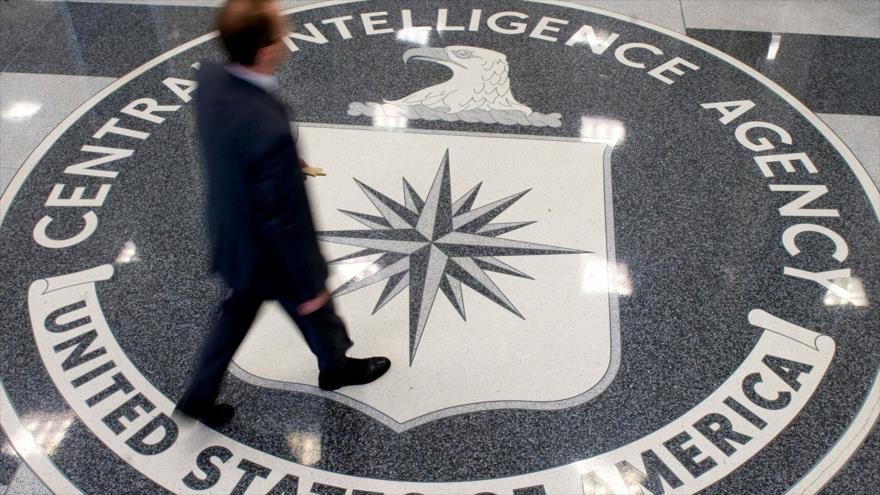 Un hombre camina sobre el sello de la Agencia Central de Inteligencia (CIA, por sus siglas en inglés) de EE.UU. (Foto: AFP)