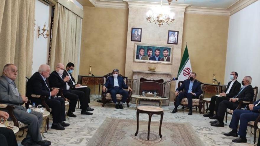 El canciller iraní, Hosein Amir Abdolahian, se reúne con representantes de grupos de Resistencia palestinos en Beirut, 7 de octubre de 2021.
