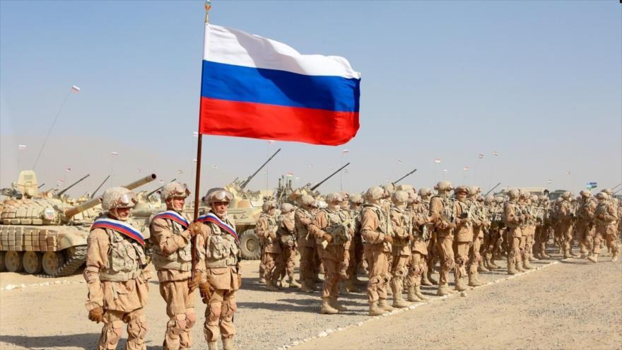 Tropas rusas antes de los ejercicios militares conjuntos con Tayikistán y Uzbekistán, campo de tiro tayiko Harb-Maidon, 10 de agosto de 2021. (Foto: AP)